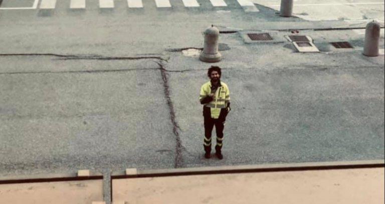 Marito davanti ospedale