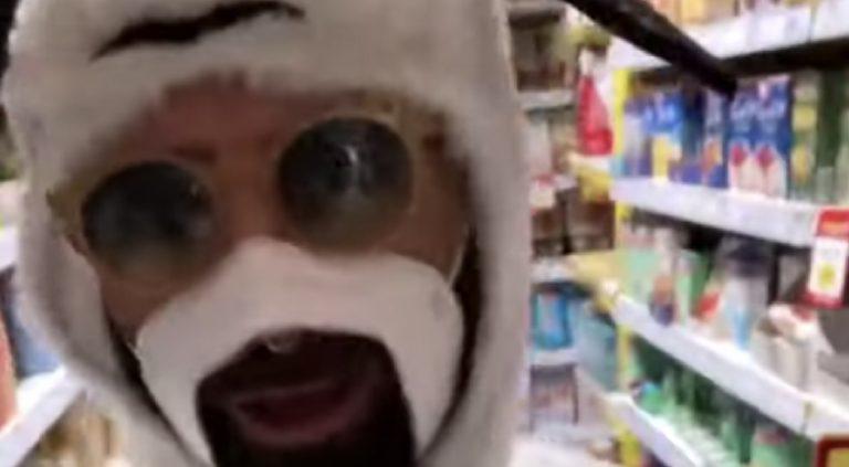 Cagliari, negazionista entra in negozio travestito da pecora: multato