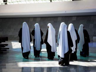 nuns-4153008_1280