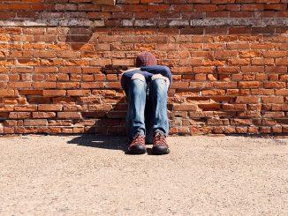 Bullizzato a 13 anni, una donna lo salva dal pestaggio