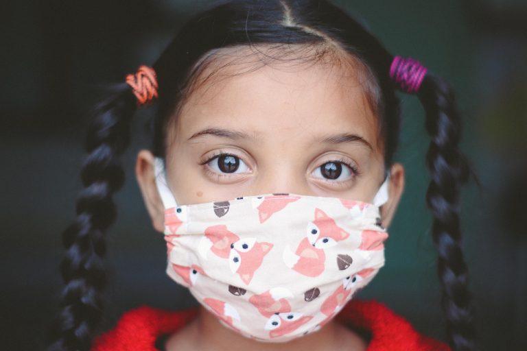 Bambina con mascherina