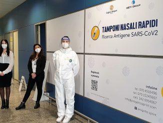 Un varco aeroportuale presidiato per i test covid