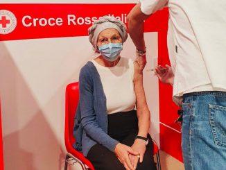 La senatrice Bonino mentre si vaccina