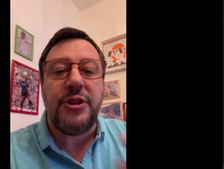Salvini durante la diretta FB