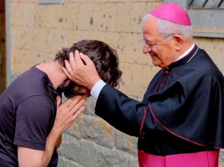 """Don Riccardo lascia la Chiesa: """"mi sono innamorato"""""""