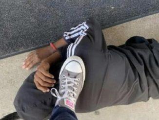 Texas: insegnante pubblica foto col piede sul collo di un'alunna