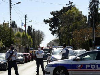 Francia accoltellata poliziotta