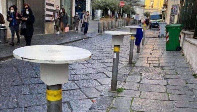 Napoli, paletti del marciapiede trasformati in tavolini del bar