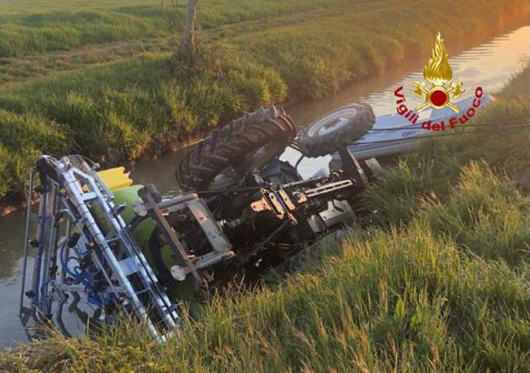 41 enne padovano si rovescia col trattore e muore