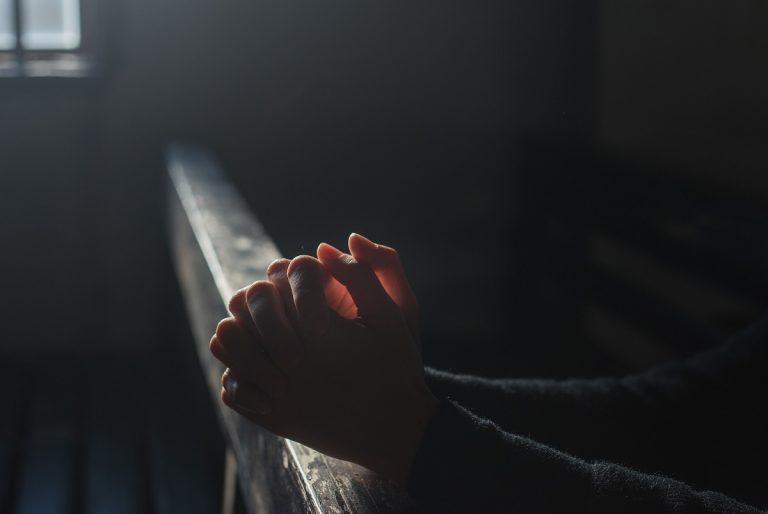 Pagava dei ragazzini per avere rapporti sessuali con loro: arrestato parroco di Presenzano