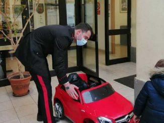 Ruba l'auto elettrica giocattolo a bimbo, un uomo denunciato dai carabinieri