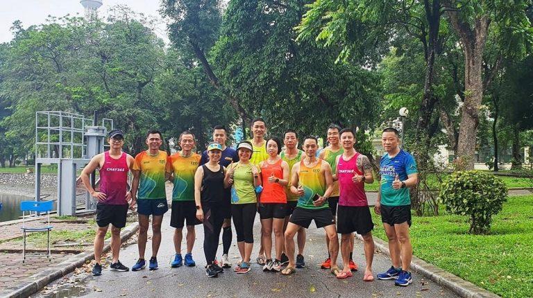 Un gruppo di runner vietnamiti in un parco