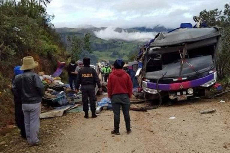 autobus fuori strada in perù
