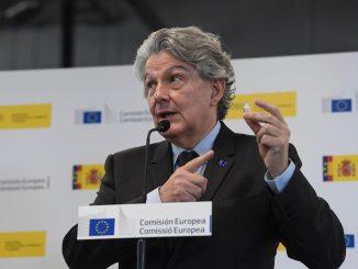 Vaccini, Breton annuncia il rischio di non rinnovo per il contratto con Astrazeneca