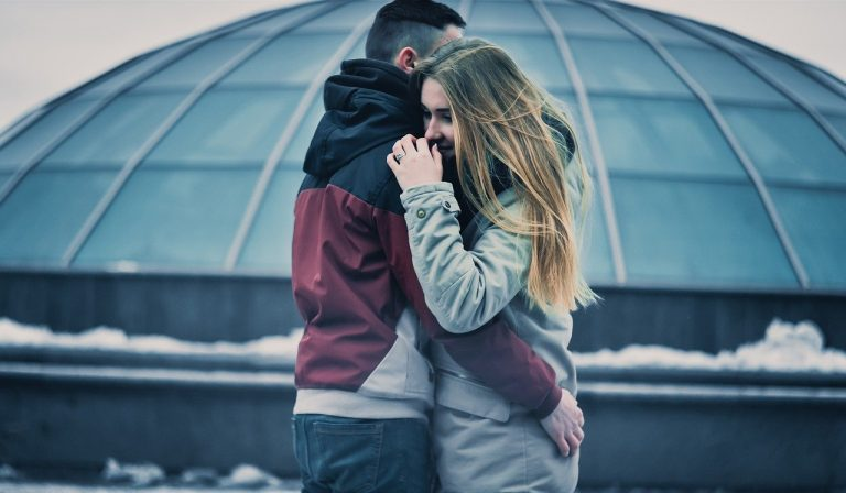 La mancanza di abbracci a causa del covid può causare stress