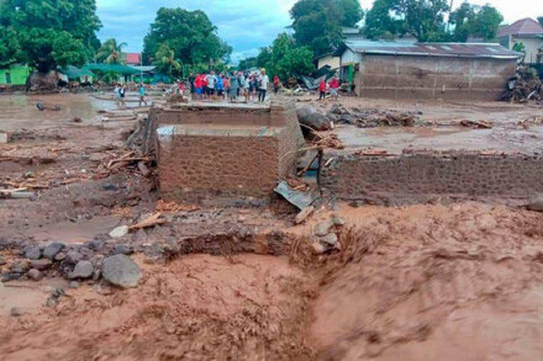 morti inondazioni indonesia