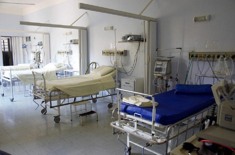 Terapie intensive oltre la soglia critica in 11 regioni, ma ricoveri in calo