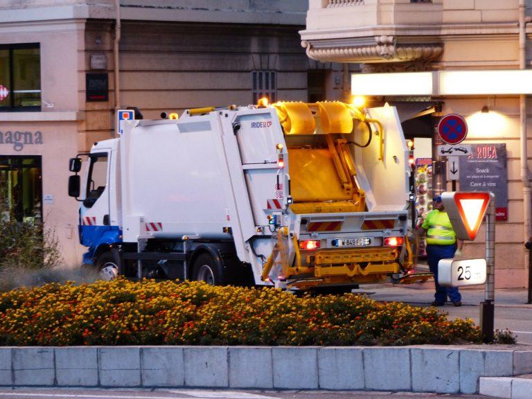 Un camion compattatore in una città europea