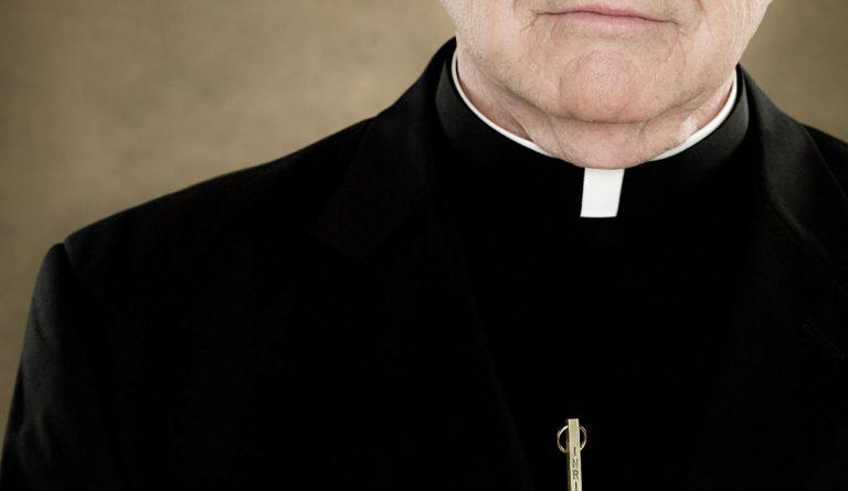 violenza domestica prete