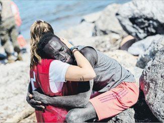 Insultata la volontaria che abbraccia il migrante a Ceuta