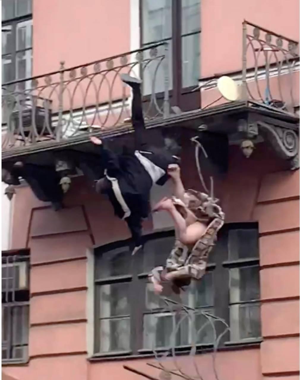 Fidanzati litigano sul balcone cadono