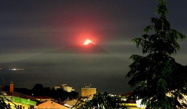 Immagine dell'Etna in parossismo