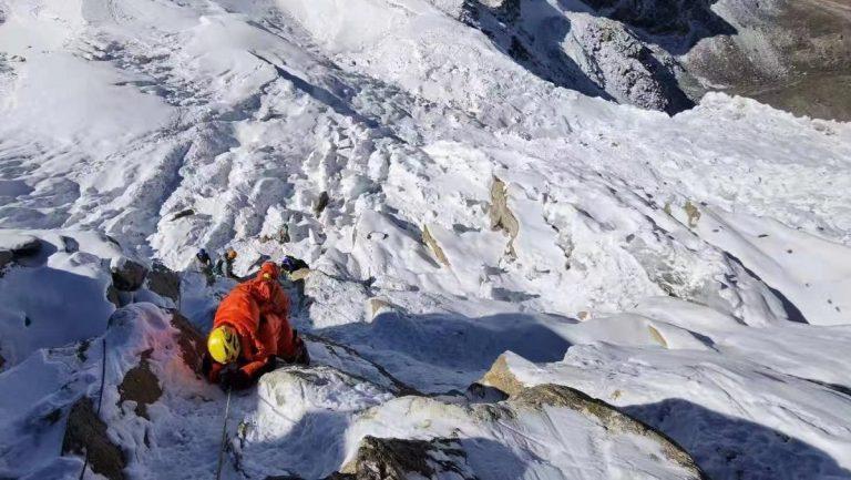 Uno scalatore in azione sull'Everest