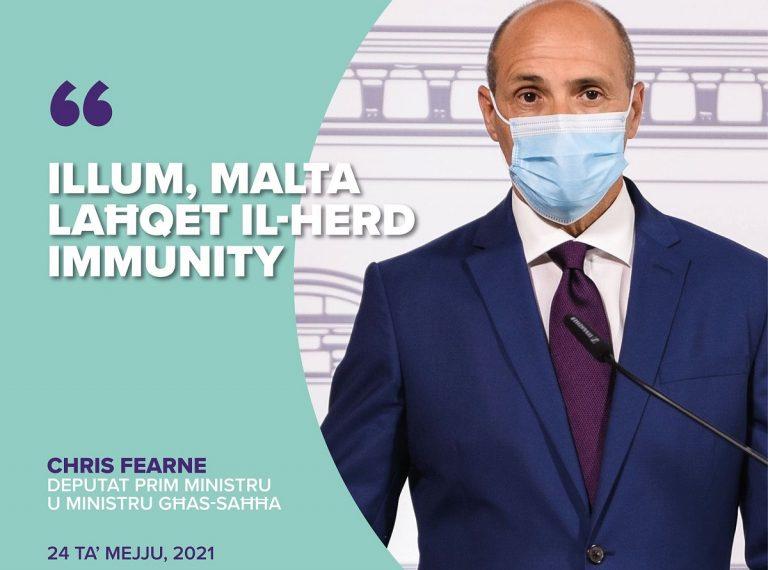 """Fearne nella """"card"""" che annuncia l'immunità"""