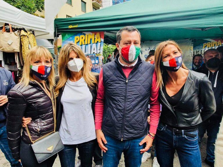 Matteo Salvini presso un gazebo milanese della Lega
