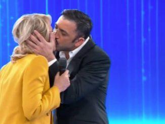 Maria De Filippi bacio
