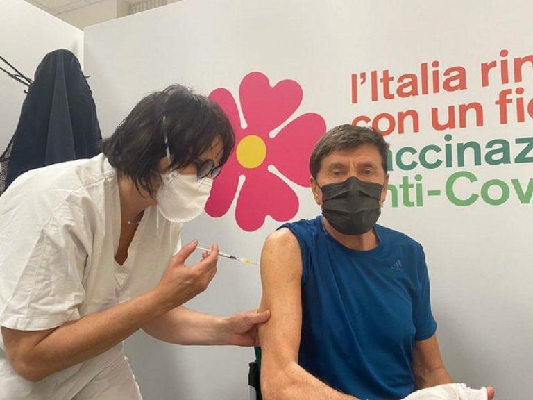 Gianni Morandi si vaccina