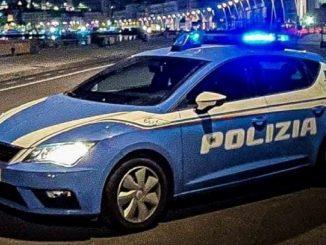 I poliziotti hanno fermato l'accoltellatore