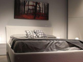 donna schiacciata letto contenitore