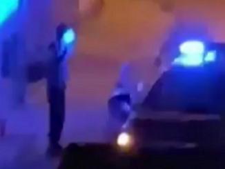 In giro dopo il coprifuoco, carabiniere prende a calci un ragazzo nel napoletano