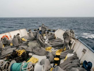 Le condizioni su #SeaWatch4 sono difficili, fa freddo, tira vento e le onde alte bagnano i naufraghi