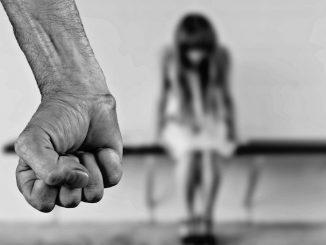 Brindisi, 16enne arrestato per abusi e minacce