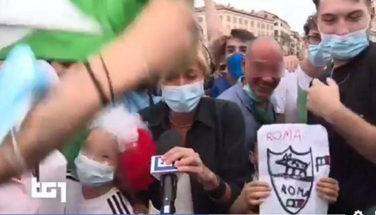 Valentina Bisti accerchiata dai tifosi prima dell'episodio