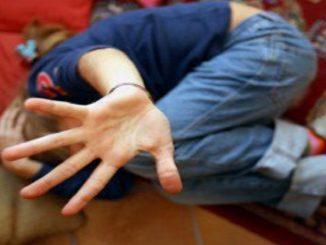Bimba violentata, condanna per la convivente: «Non ha impedito gli abusi del compagno»