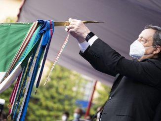 Il premier insignisce la Bandiera di Guerra dell'Arma