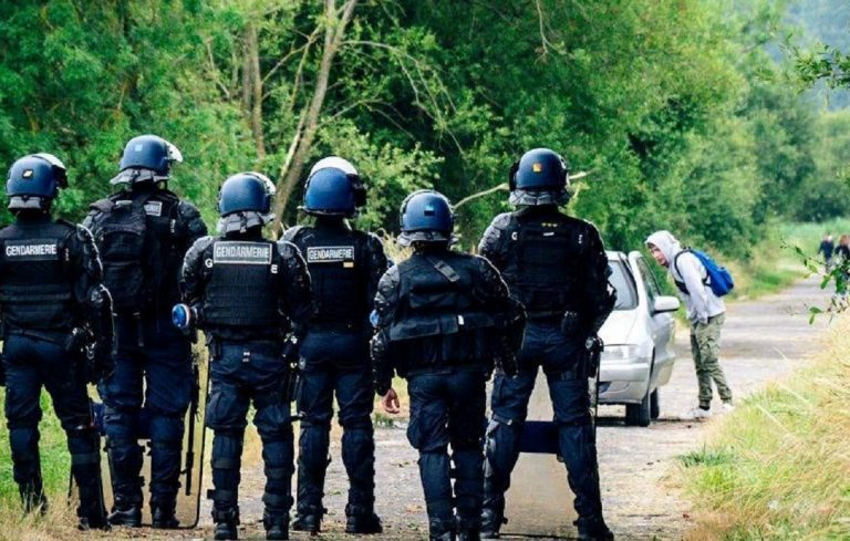 I poliziotti interdicono gli accessi al rave illegale