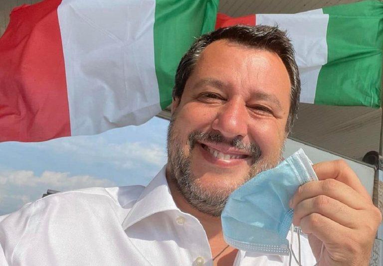 """Matteo Salvini """"festeggia"""" lo sto alle mascherine all'aperto"""
