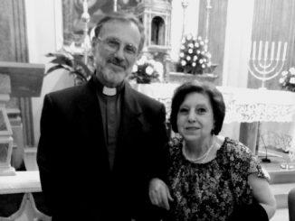 Monsignor Gaburri con una fedele
