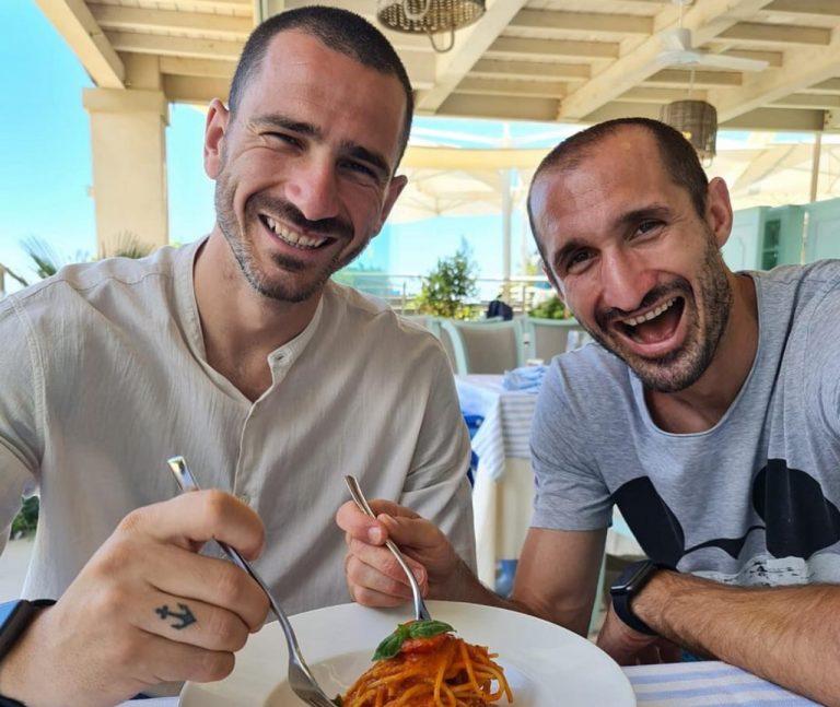 Bonucci e Chiellini con lo sfottò della pastasciutta