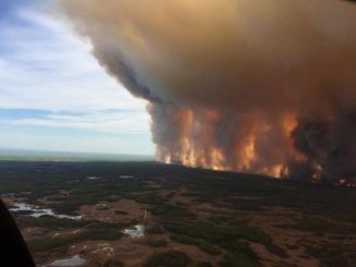 Caldo record in Canda, il fuoco distrugge una città