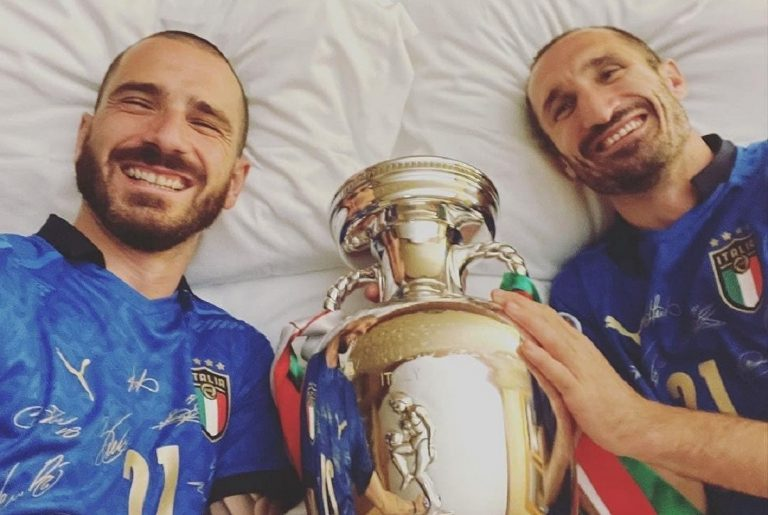 """Chiellini e Bonucci con la coppa """"al sicuro"""" nel letto del capitano Giorgio"""