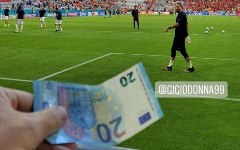 Tifoso tende banconota da 20 euro a Donnarumma