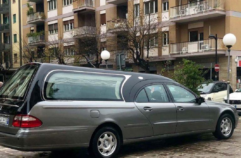 Apprifttavano dei funerali per svaligiare le case dei congiunti