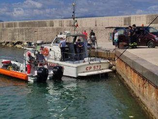 Napoli, sviene in mare sul materassino: salvato dalla Guardia Costiera