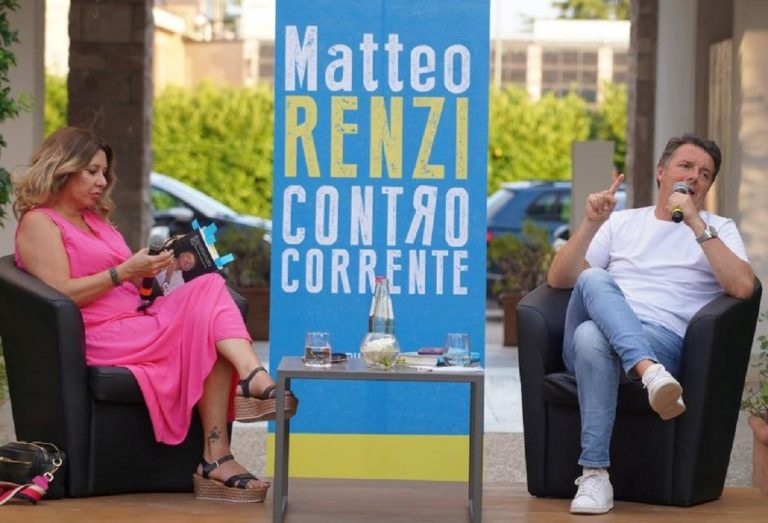"""Matteo Renzi mentre presenta il suo libro, """"Controcorrente"""""""