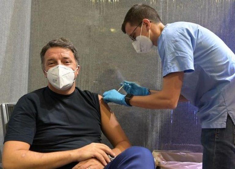 Matteo Renzi mentre viene vaccinato